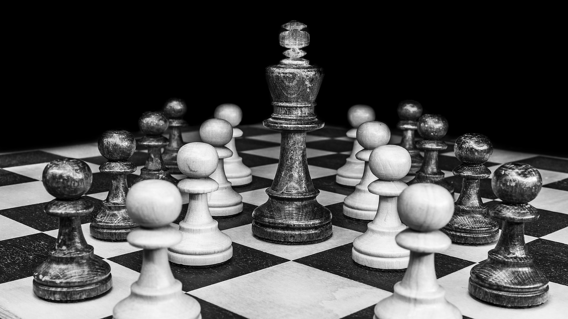 chess board, king surrounded by pawns representing risk management goals